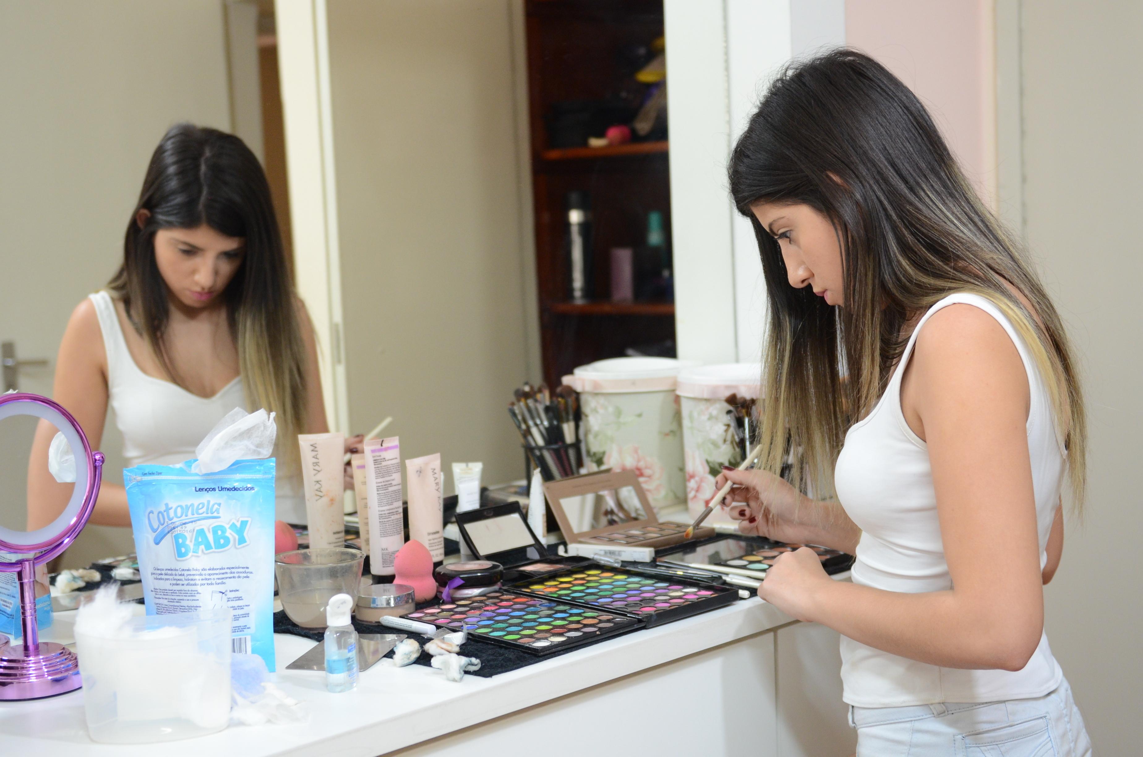 depilador(a) designer de sobrancelhas docente / professor(a) empresário(a) / dono de negócio maquiador(a)