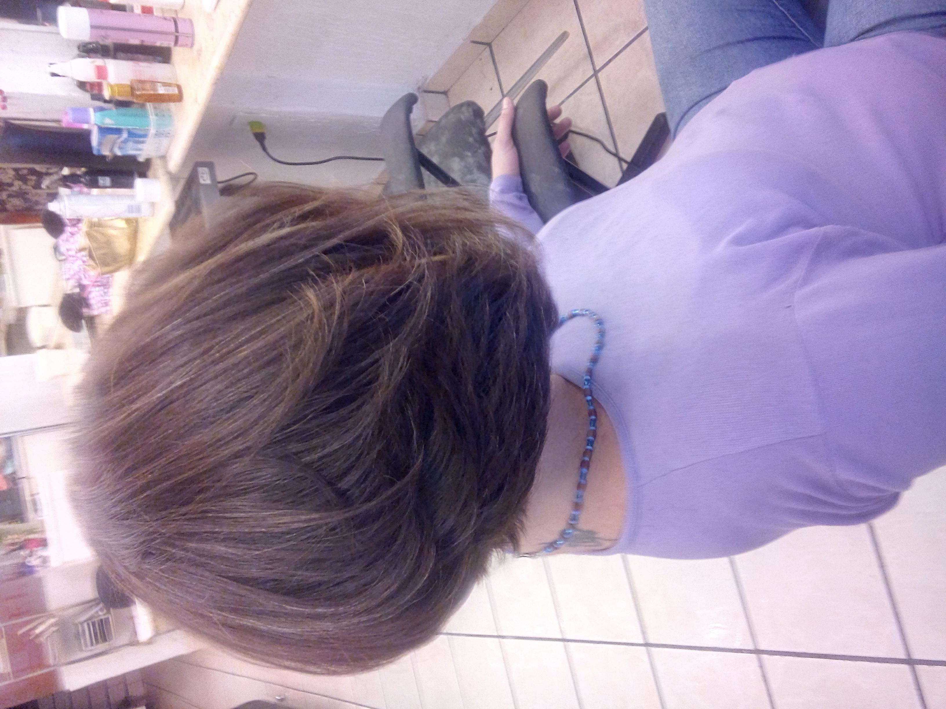 corte curto, cabelo castanho escuro, pele branca, chanel em camadas cabelo  cabeleireiro(a)