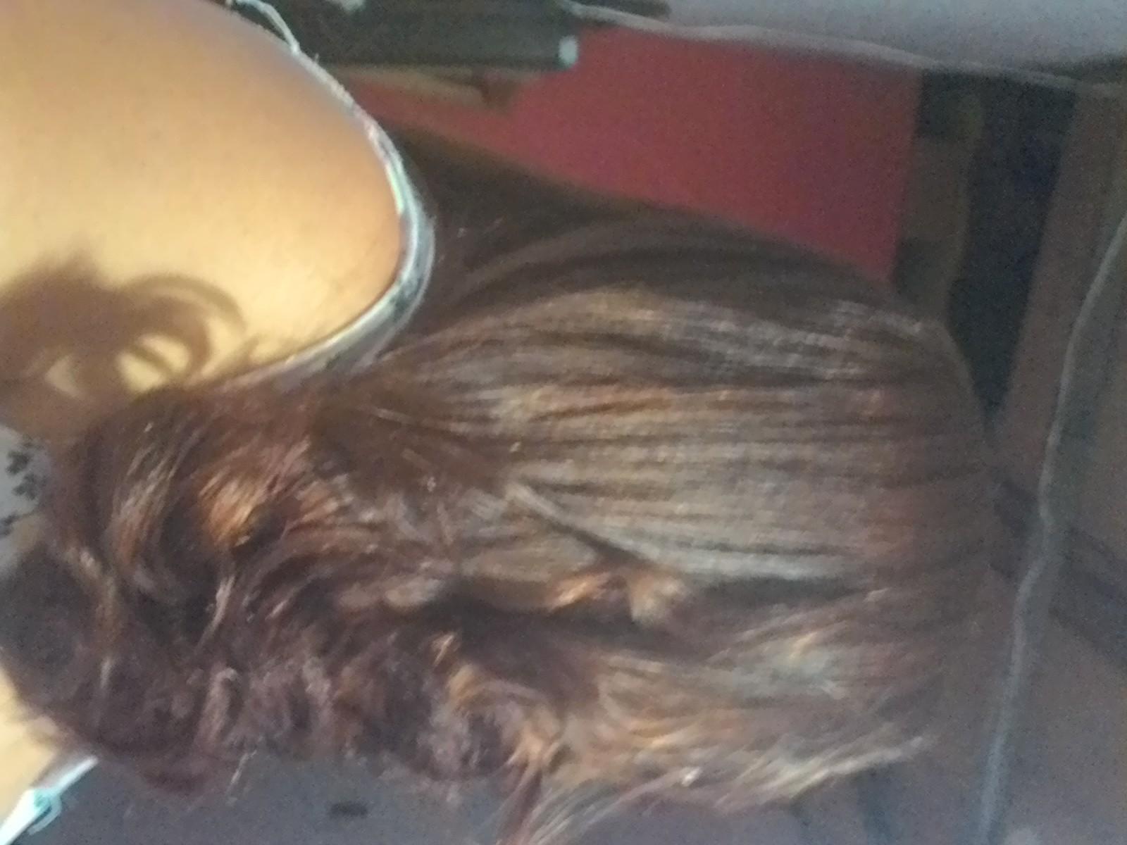 eu Eu escovo e prancho meu cabelo.