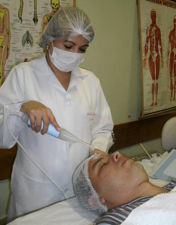 Limpeza de pele. esteticista maquiador(a) designer de sobrancelhas