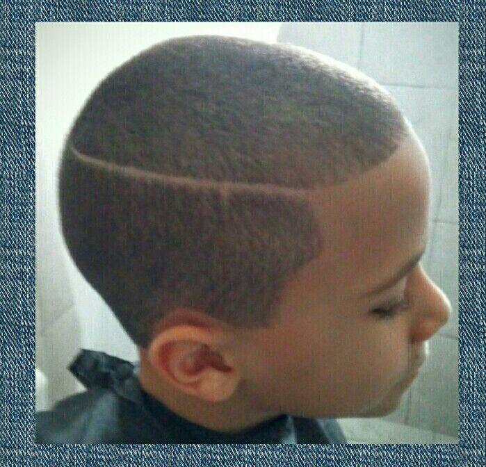 Corte: Máquina 1 com risca na lateral. cabelo cabeleireiro(a) manicure e pedicure escovista barbeiro(a) auxiliar cabeleireiro(a)