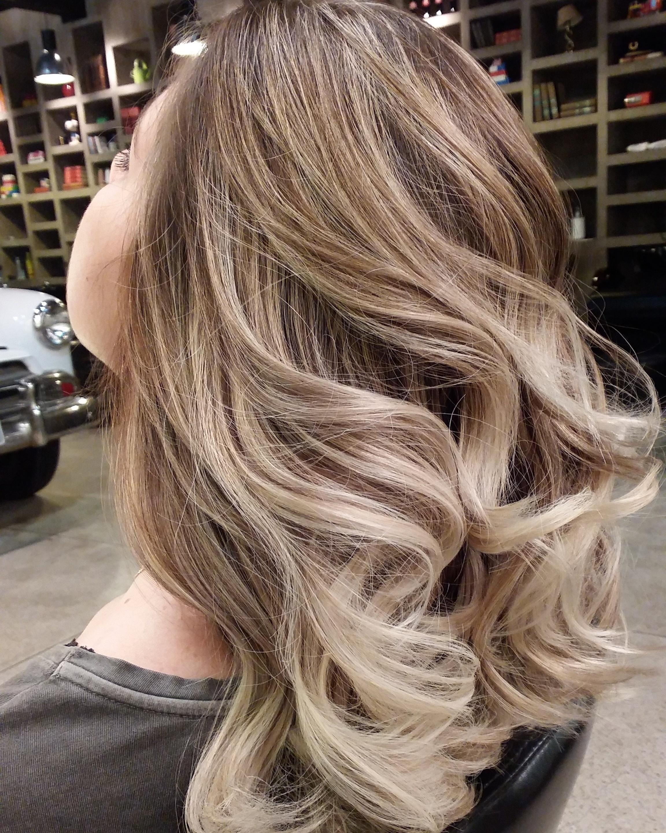 Ombre..   @brunnomoreno #eusouretro #retro#retrohair #vivaessaexperiencia #cabelo #ombre #cabelonovo#client #colorist #wella #wellailuminacolor #colorimetria   cabeleireiro(a)