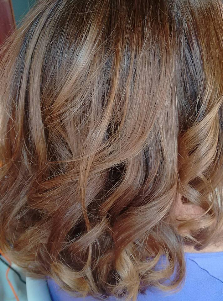 loiro 8.0 em cabelo 100% natural , mechas na touca , com oxidante de 30 volumes .