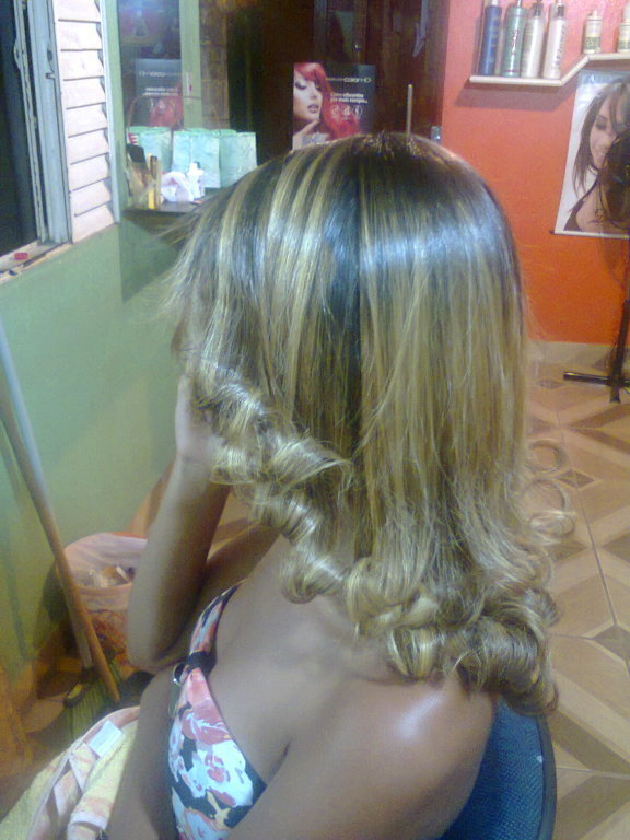 Luzes platinadas! cabeleireiro(a) designer de sobrancelhas maquiador(a)