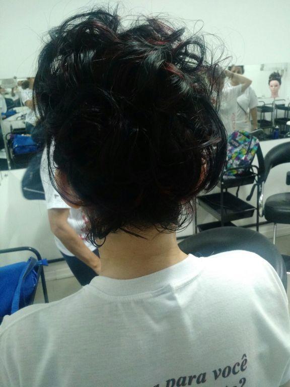 Primeiro penteado feito com cachos em dedoliss em curso de cabeleireira. cabeleireiro(a) maquiador(a) designer de sobrancelhas