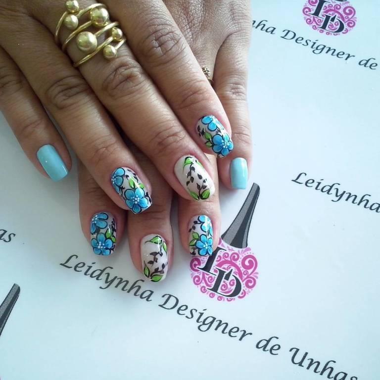 azul cor da moda....e estas flores amo  #unhasdaleidynha #flores manicure e pedicure