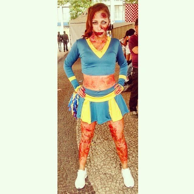 Cheerleader zumbi. maquiador(a) designer de sobrancelhas