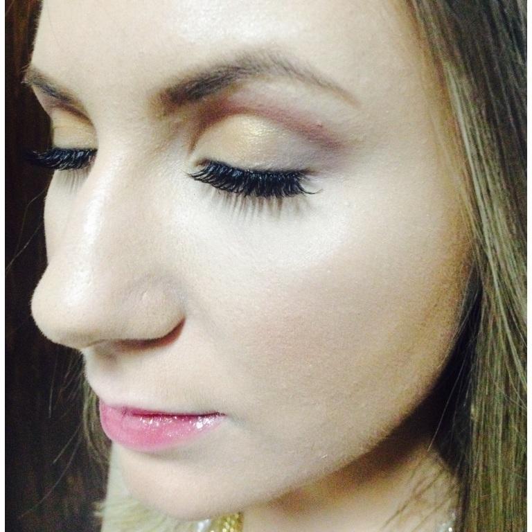Maquiagem iluminadora. maquiador(a) designer de sobrancelhas