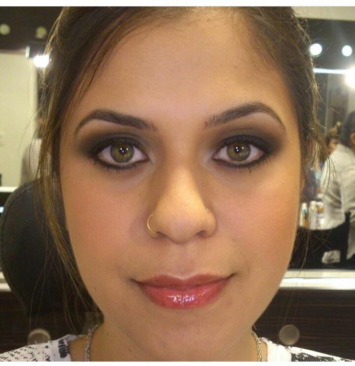 Maquiagem leve e Olhos Preto Esfumado maquiador(a) designer de sobrancelhas