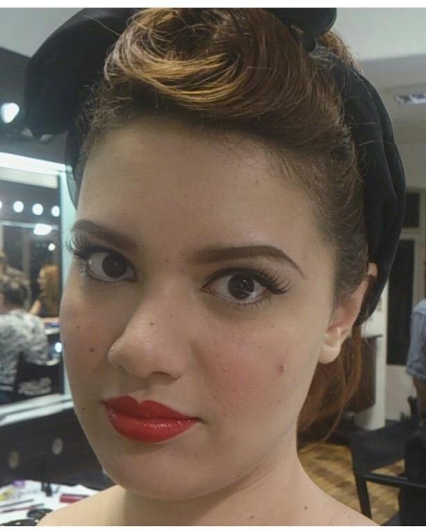 Maquiagem Delineador e Boca Vermelha maquiador(a) designer de sobrancelhas