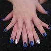 Para quem gosta de unhas metalizadas, essa é uma linda combinação, azul e prata!