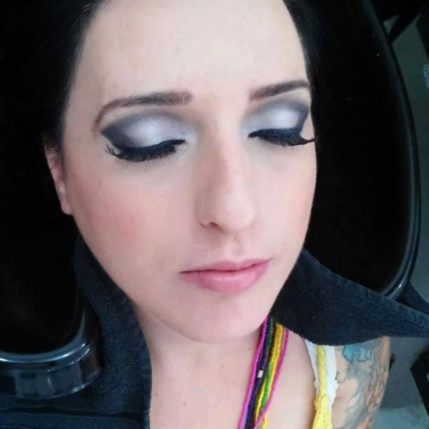 Maquiagem de madrinha de casamento durante a tarde. Olhos levemente marcados com boca nude. manicure e pedicure maquiador(a) designer de sobrancelhas