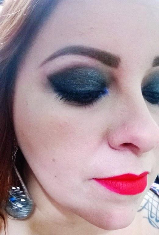 Make marcante, com olhos pretos com ponto de luz e batom vermelho. maquiagem  manicure e pedicure maquiador(a) designer de sobrancelhas