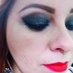 Make marcante, com olhos pretos com ponto de luz e batom vermelho.