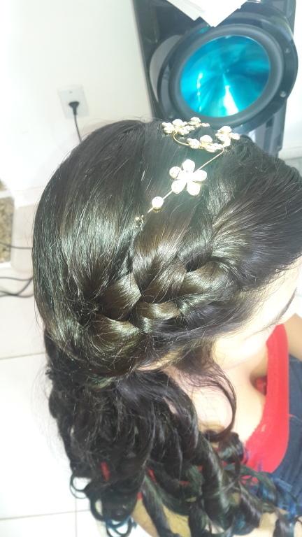 Penteado de debutante. cabeleireiro(a)