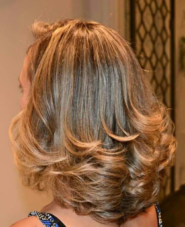 Luzes e corte em camadas cabelo cabeleireiro(a)