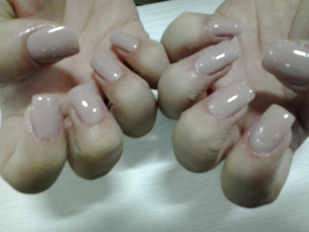 A cliente escolhe a cor do esmalte. Unhas de fibra de vidro, para mulheres autênticas e bem cuidada. cabeleireiro(a) manicure e pedicure depilador(a) maquiador(a)