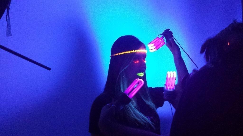 Making off. Maquiagem artística. Foram utilizados materiais com propriedade neon para causar efeitos diferenciados quando expostos à luz negra. maquiador(a) cabeleireiro(a) consultor(a) em imagem