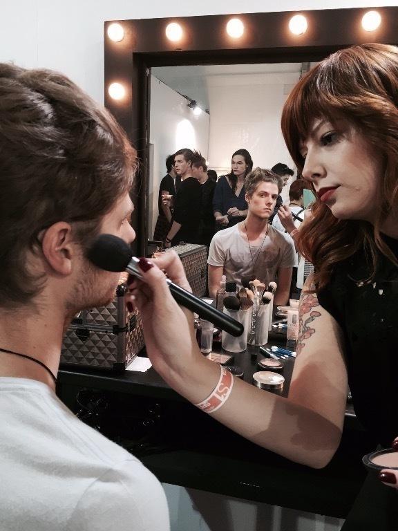 maquiador(a) designer de sobrancelhas auxiliar cabeleireiro(a)