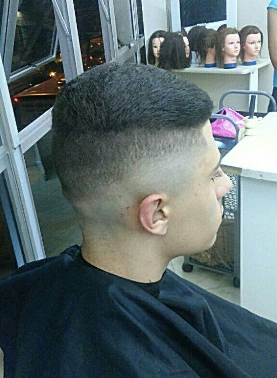 Desfarçado com Navalha e Máquina cabelo barbeiro(a) cabeleireiro(a)