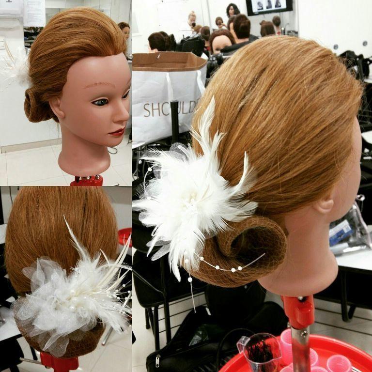 Aula de penteado para noivas. cabelo estudante (cabeleireiro) estudante (maquiador)