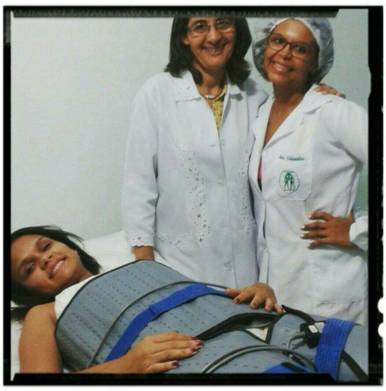 Procedimento estético, com o uso da manta térmica, argila verde e sais de bandagem. estética estudante (esteticista) esteticista assistente esteticista