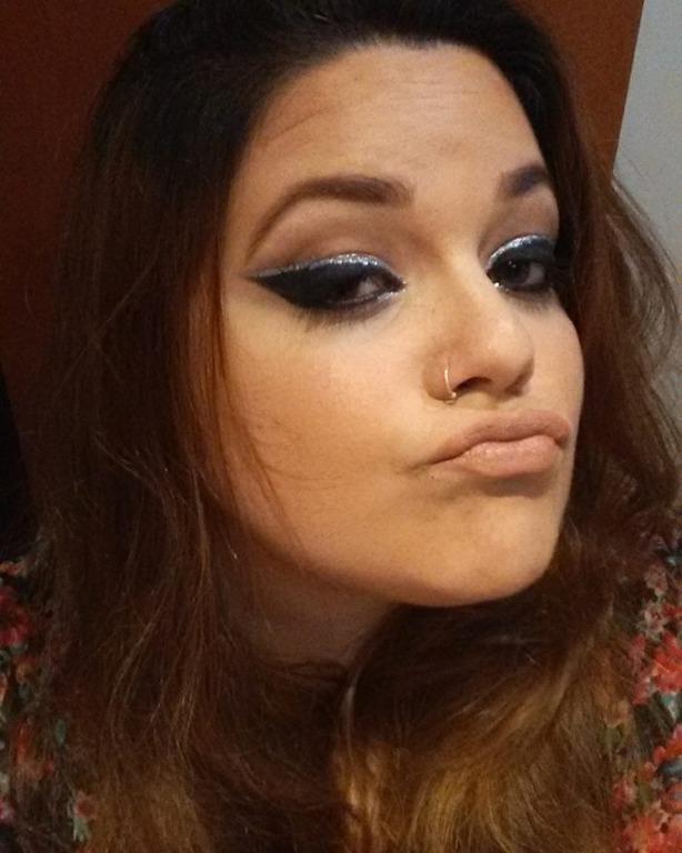 Olhos dramáticos com delineado gráfico e glitter, e boca nude. #delineado #gráfico #glitter #bocanude maquiagem maquiador(a) assistente maquiador(a)
