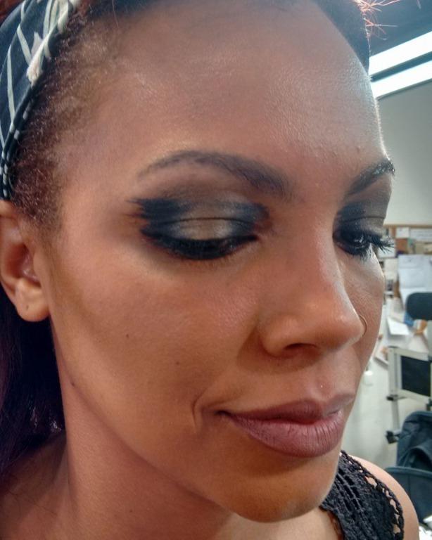 Maquiagem moderna e gráfica, inspirada em uma maquiagem da Lora Arellano. Usando dois tons de pigmentos e boca nude. #LoraArellano #liceudemaquiagem #olhosgráficos #boca nude  maquiagem maquiador(a) assistente maquiador(a)