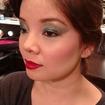 """Maquiagem inspirada nos anos 70. Com pigmento metálico verde, boca vermelha com gloss e """"blush cartão"""" (estilo exagerado de blush usado nos anos 70/80) #70 #anos70 #verde #metálico #blushcartão #bocavermelha #gloss #liceudemaquiagem"""