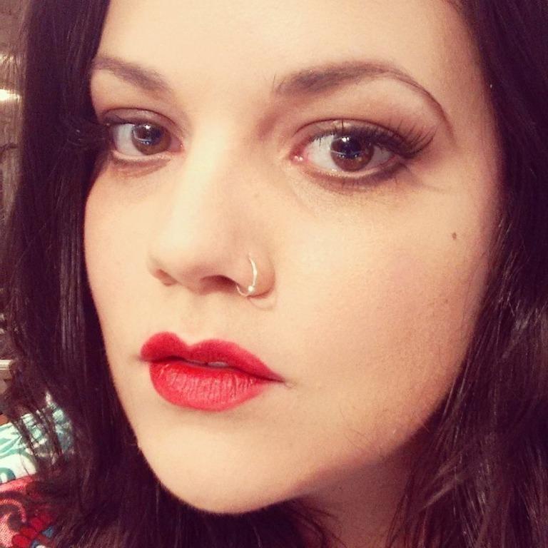 Maquiagem inspirada nos anos 40. Olho marrom esfumado e cílios postiços. Boca vermelha aumentada no formato usado na década de 40. #anos40 #40s #bocavermelha #ciliospostiços #ILoveLucy maquiagem maquiador(a) assistente maquiador(a)