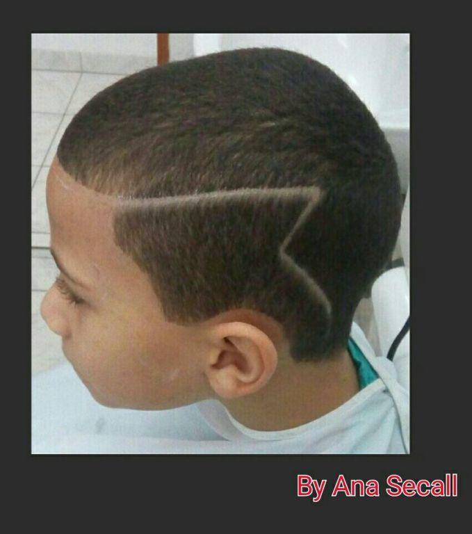 Corte: Máquina 1 com  risca lateral irregular cabelo cabeleireiro(a) manicure e pedicure escovista barbeiro(a) auxiliar cabeleireiro(a)