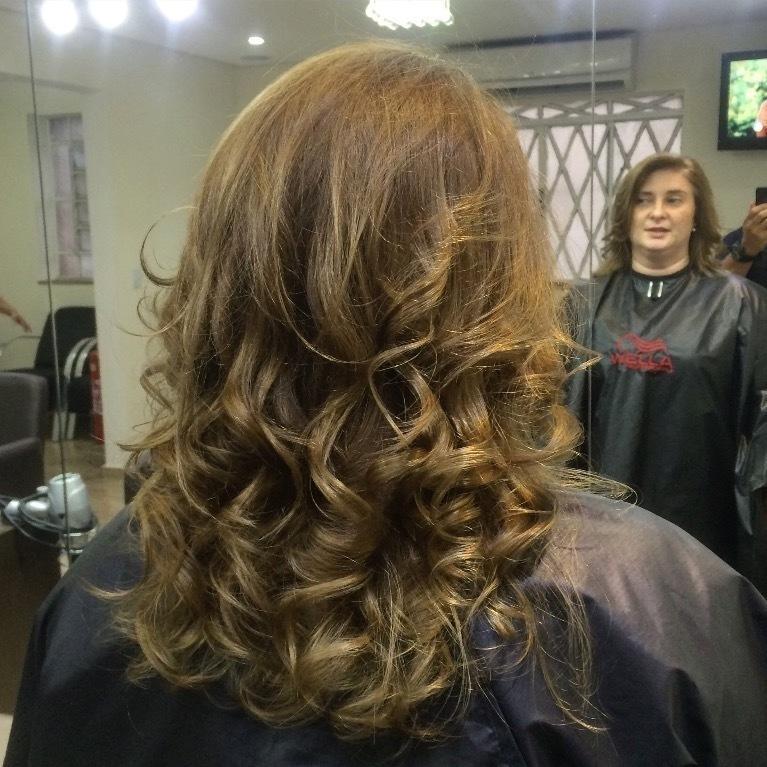 loiro, cabelo médio,  cabelo  cabeleireiro(a)