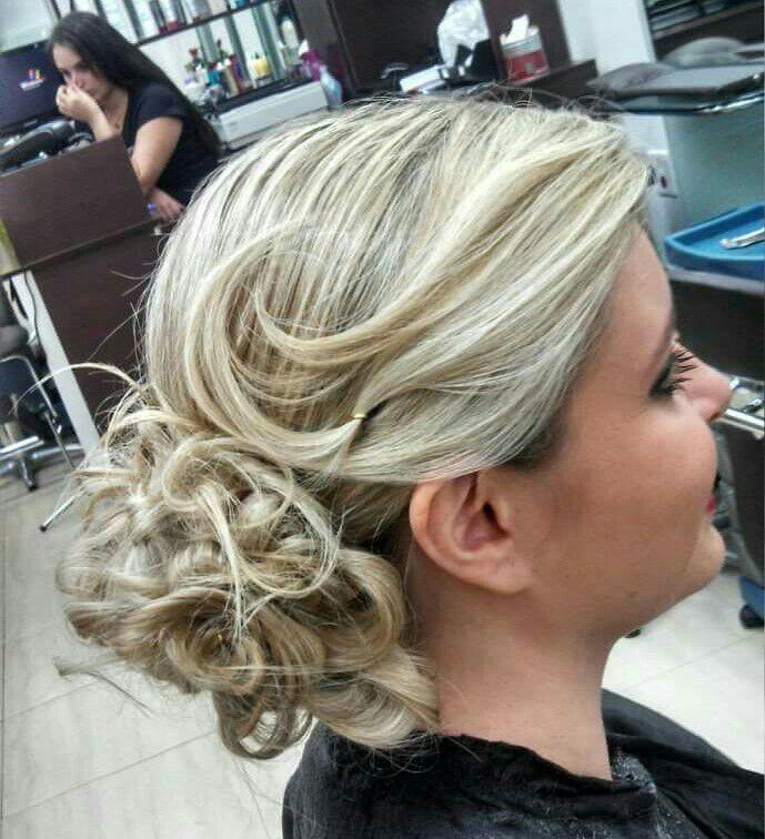 penteado preso cabelo  maquiador(a) cabeleireiro(a) esteticista cabeleireiro(a)