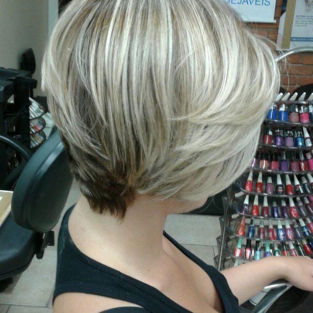 luzes tom perola corte curto, cabelo loiro, pele branca, chanel em camadas cabelo  cabeleireiro(a) designer de sobrancelhas