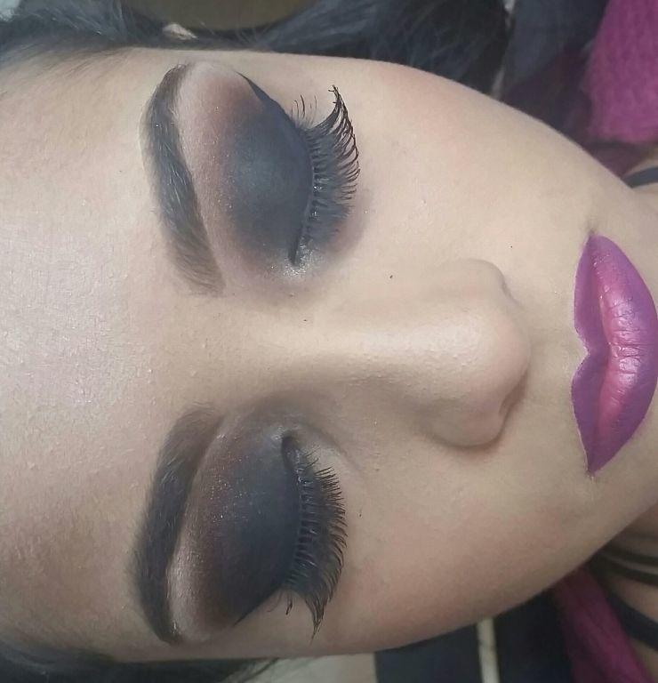 Make esfumado preto. batom roxo maquiagem  maquiador(a)