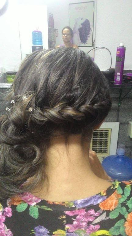 Penteado feito para o noivado da cliente. cabeleireiro(a)