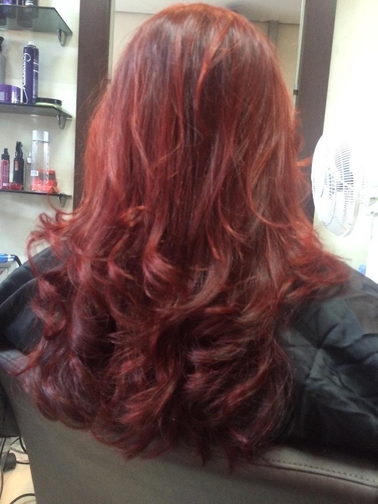 Cores vibrantes, corte e escova modelada. cabelo cabeleireiro(a) maquiador(a)