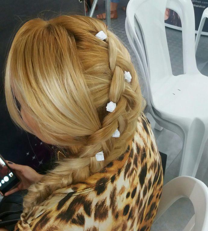 Trança embutida lateral feita na ação social mulher comvida cabelo estudante (cabeleireiro)