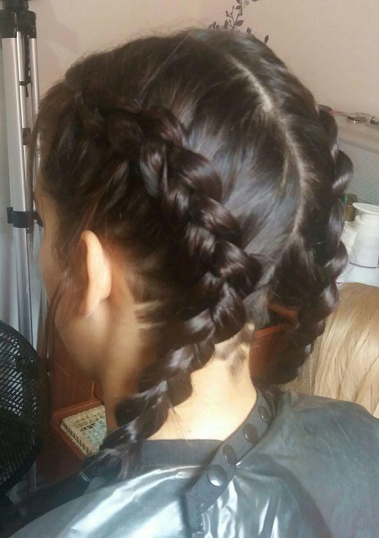 A trança da moda cabelo estudante (cabeleireiro)