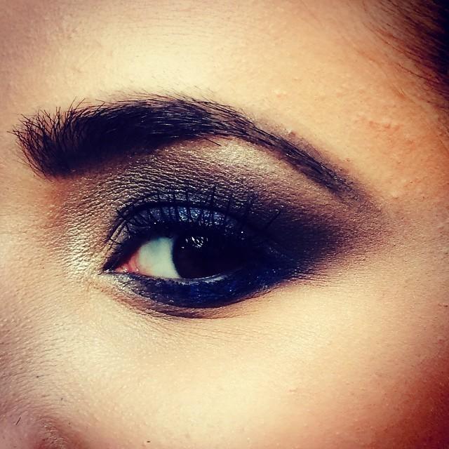 make:olho esfumado com as cores azul,preto,bordo e marrom. maquiador(a) cabeleireiro(a)