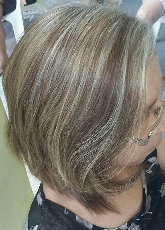Mechas no papel e corte. cabeleireiro(a)