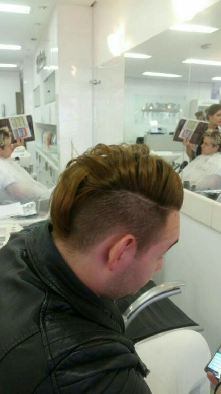 Esse é o antes um loiro 8 cabelo auxiliar cabeleireiro(a) cabeleireiro(a)
