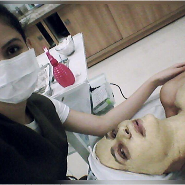 Protocolo de revitalização facial com eletroestimulação. recepcionista esteticista maquiador(a) designer de sobrancelhas