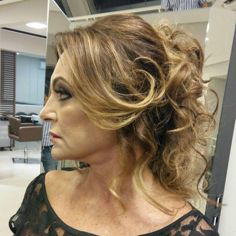 Penteado moderno cachos ..ideal para madrinhas ...seimipreso .. cabelo cabeleireiro(a)