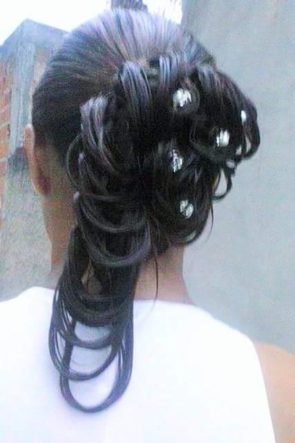 Penteado com cabelo molhado. cabelo auxiliar cabeleireiro(a)