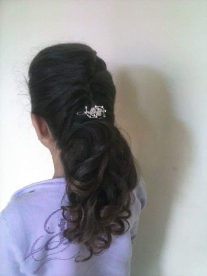 Penteado com trança e cachos. cabelo auxiliar cabeleireiro(a)