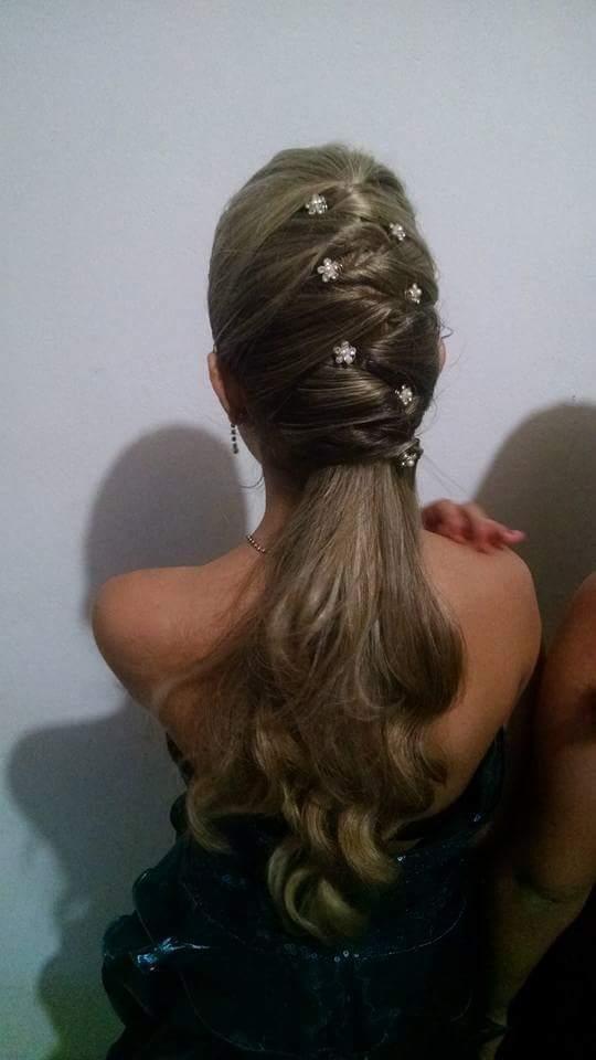 Penteado simples debutante. cabelo auxiliar cabeleireiro(a)