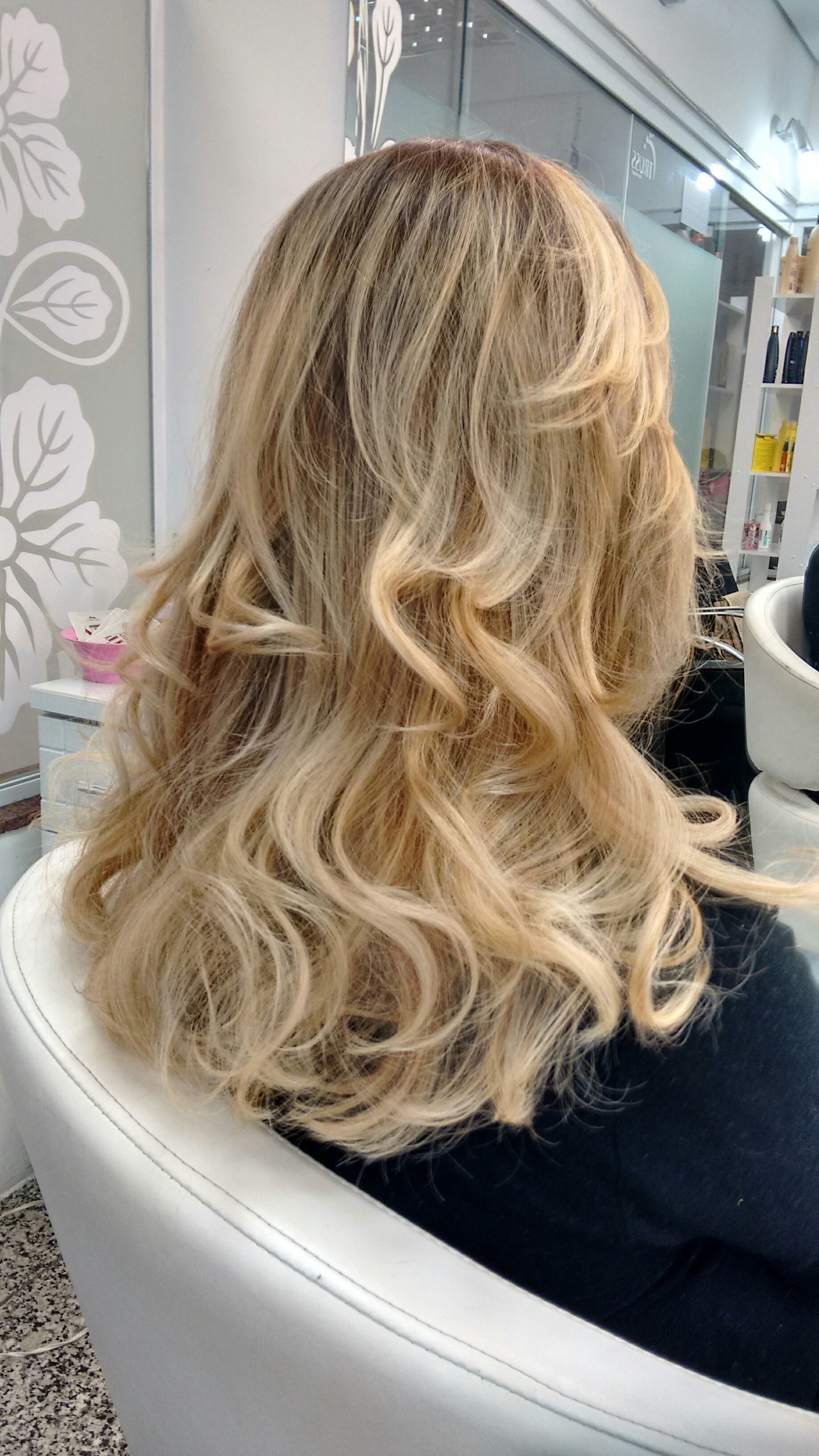 Tratamento de cor e corte em camadas. cabelo cabeleireiro(a)