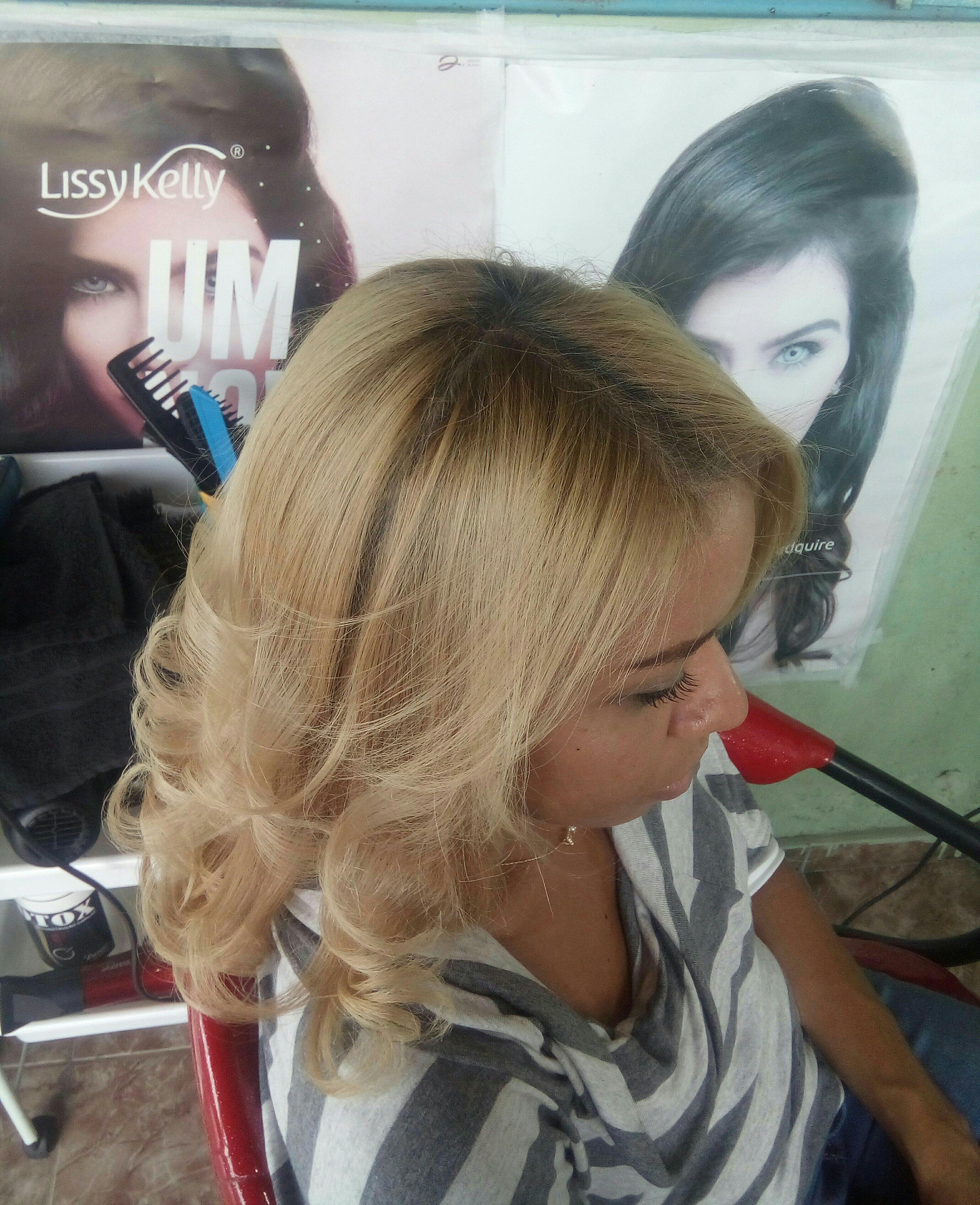 Meninas cabelo loiro, botox normal deu um tom de claramento, finalizei com cachos. cabelo