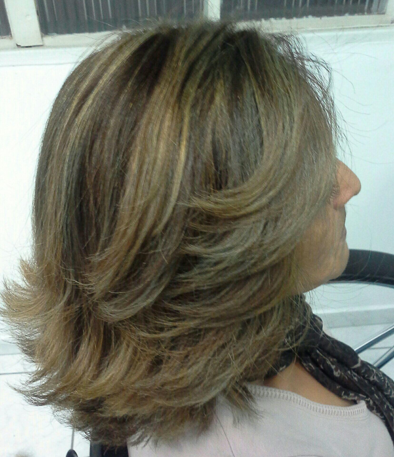 Resultado do  relaxamento  feito  a base de  hidróxido de sódio, depois  de uma  semana  coloração  e poucas luzes  para iluminar cabelo stylist / visagista cabeleireiro(a)